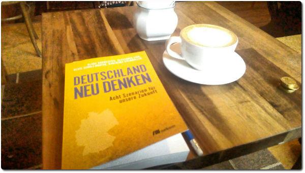 Artikelbild Deutschland2030 mit Buchcover und Cappuccinotasse